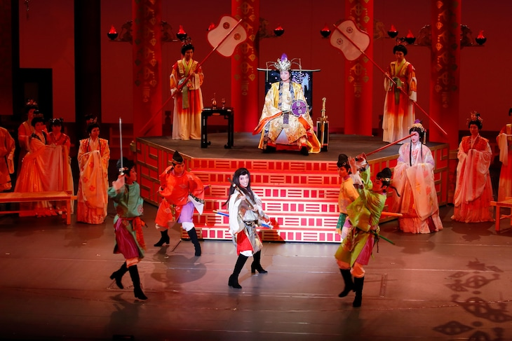 宝塚歌劇花組「万葉ロマン『あかねさす紫の花』」より。