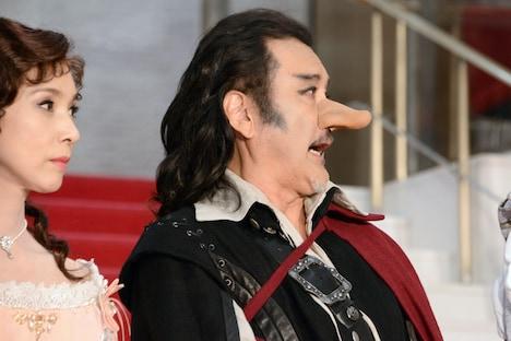 左から黒木瞳、吉田鋼太郎。