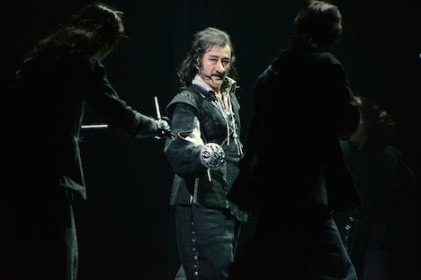 吉田鋼太郎演じるシラノ・ド・ベルジュラック(中央)。