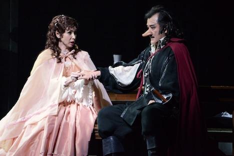左から黒木瞳演じるロクサーヌ、吉田鋼太郎演じるシラノ・ド・ベルジュラック。