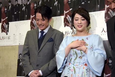 北乃きい(右)に「ノラにとって『愛してる』は『おはよう』みたいなもの」と言われ、苦笑いを浮かべる佐藤アツヒロ(左)。