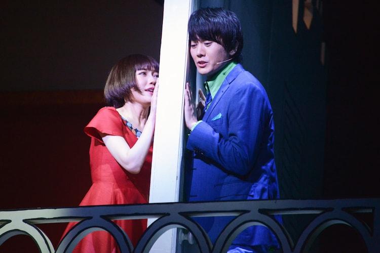 ミュージカル「アメリ」公開ゲネプロより。左から渡辺麻友演じるアメリ、太田基裕演じるニノ。