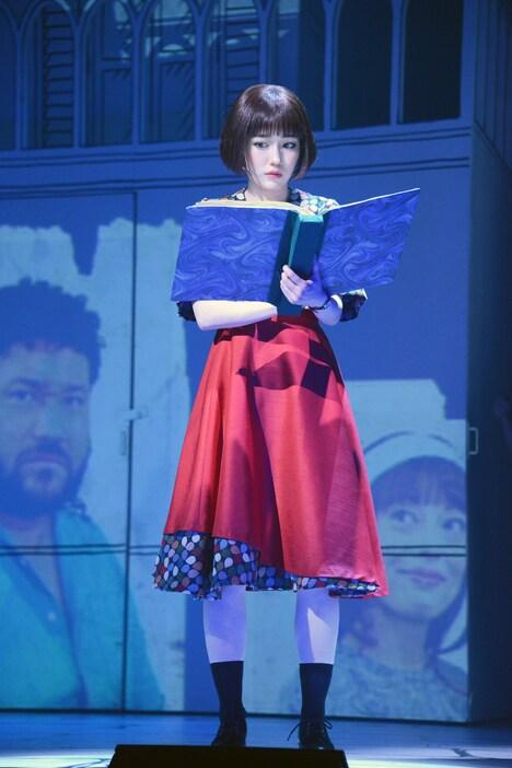 ミュージカル「アメリ」公開ゲネプロより。渡辺麻友演じるアメリ。