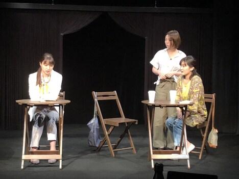 iaku「iaku演劇作品集」より、「人の気も知らないで」の様子。