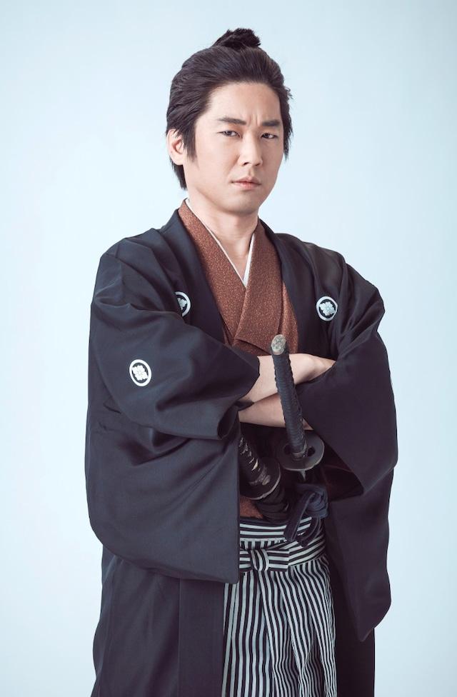 山崎樹範の扮装写真。