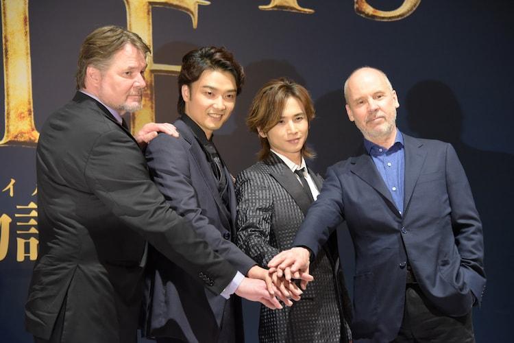 ミュージカル「ナイツ・テイル-騎士物語-」製作発表より、左からデヴィッド・パーソンズ、井上芳雄、堂本光一、ジョン・ケアード。
