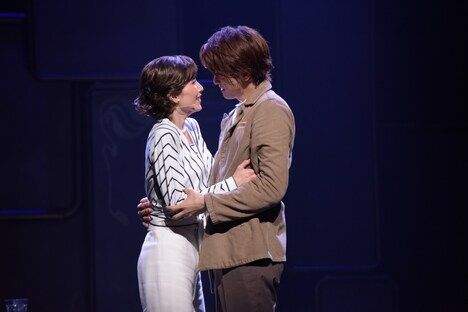 左から早霧せいな演じるテス・ハーディング、相葉裕樹演じるサム・クレイブ。