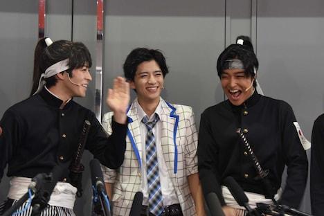 男劇団 青山表参道X「SHIRO TORA~beyond the time~」初日前囲み取材より、「かわいい雰囲気なのに、ものすごく腹黒い役をやってみたい」と熱く語る西銘(左)と、それに笑う飯島寛騎、栗山航(中央、右)。