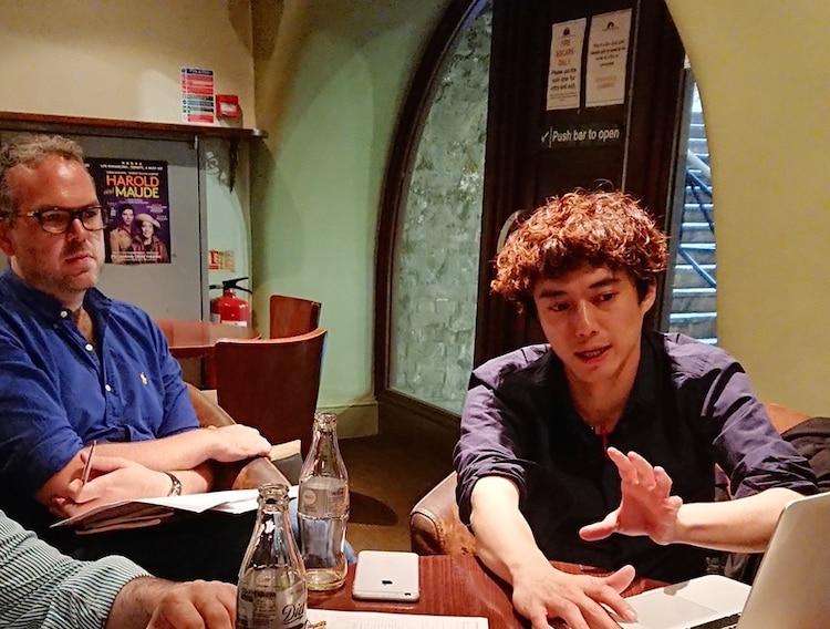 トム・サザーランド(左)と打ち合わせする藤田俊太郎(右)。
