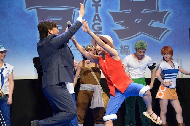 ハイタッチをする山里亮太(左)と松浦司演じるルフィ(右)。