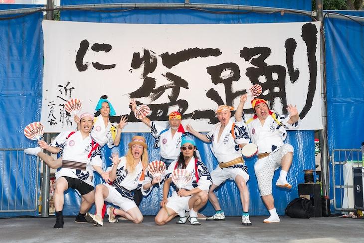 近藤良平・コンドルズ「にゅ~盆踊り」より。(撮影:涌井直志)