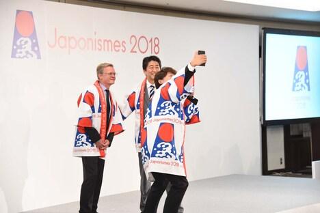 「ジャポニスム2018:響きあう魂」出陣祝賀会より、香取慎吾が自らのスマートフォンで安倍晋三内閣総理大臣、ローラン・ピック駐日フランス大使と3ショットを自撮りする様子。