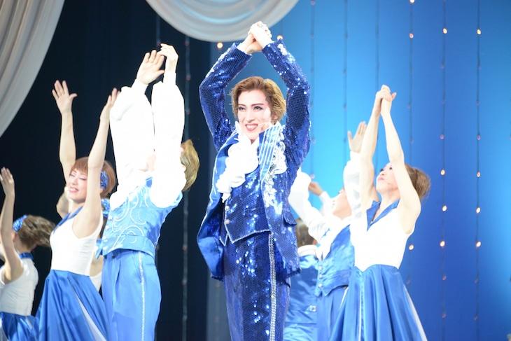 OSK日本歌劇団「レビュー夏のおどり」より、第2部「One Step to Tomorrow!」の様子。