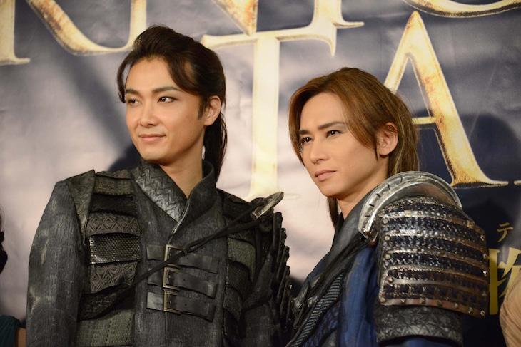 ミュージカル「ナイツ・テイル-騎士物語-」囲み取材より、左から井上芳雄、堂本光一。