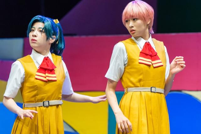 左から東理紗演じる宇留千絵、松田彩希演じる河川唯。