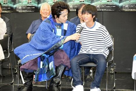 木村咲哉(右)にマイクを向ける廣瀬智紀(左)。