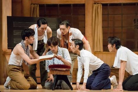 舞台「宝塚BOYS」team SKYゲネプロより。(撮影:桜井隆幸)