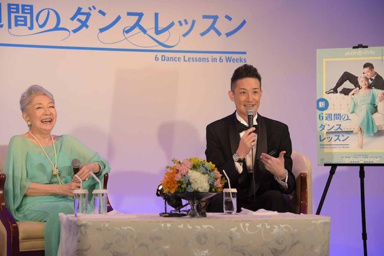 左から草笛光子、松岡昌宏。