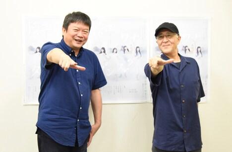 """Zポーズ""を決める本広克行(左)、鈴木聡(右)。"
