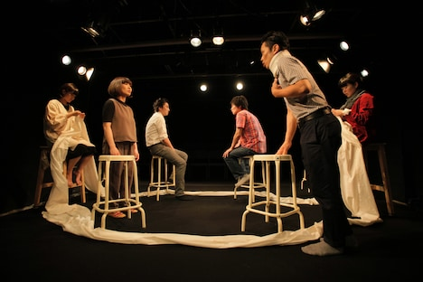2017年に東京・新宿眼科画廊 スペース地下で上演された「粛々と運針」より。(撮影:堀川高志)
