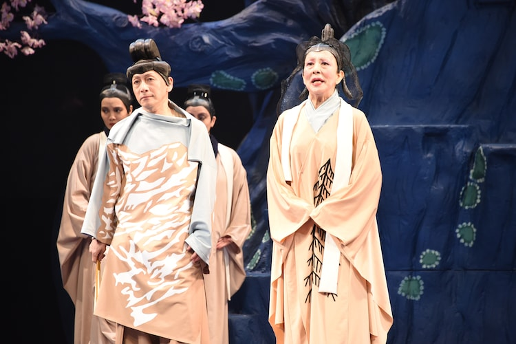 NODA・MAP 第22回公演「贋作 桜の森の満開の下」より。左から野田秀樹演じるヒダの王、銀粉蝶演じるアナマロ。