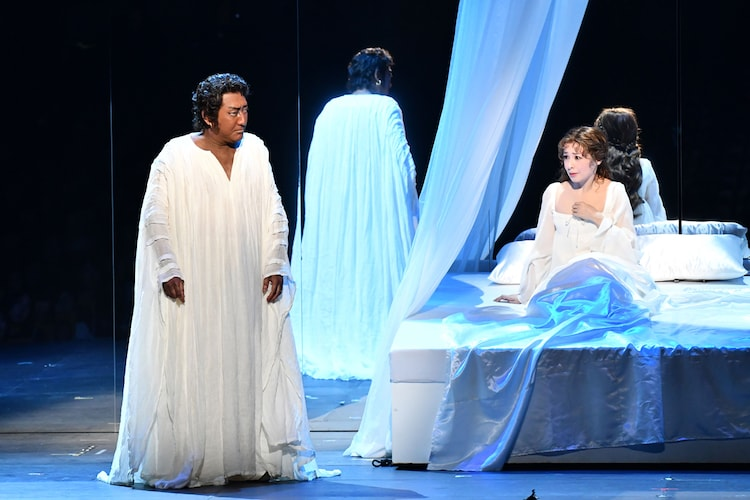 「オセロー」より。左から中村芝翫演じるオセロー、檀れい演じるデズデモーナ。