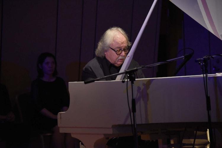 ピアノを演奏するシルヴェスター・リーヴァイ。