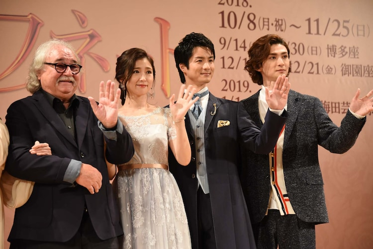カメラに向かって手を振る登壇者たち。左からシルヴェスター・リーヴァイ、笹本玲奈、田代万里生、古川雄大。