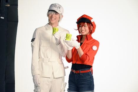 お茶の小道具を持ってカメラに笑顔を向ける和田雅成(左)と七木奏音(右)。