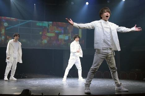 「LADY OUT LAW!」公開ゲネプロより。左から鈴木勝吾演じるボロ、増子敦貴演じるチリ、松井勇歩演じるクズ。