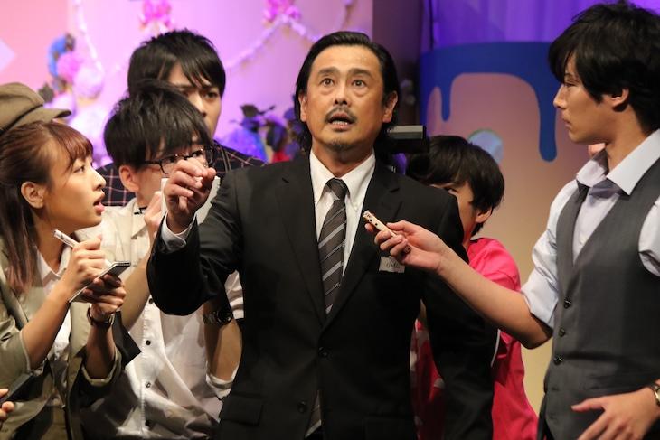 SOLID STARプロデュースVol.15「明るいお葬式 ~るんるんは2度死ぬ~」より。(撮影:篠原章公)