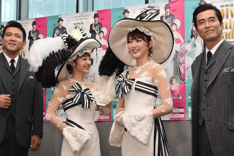 ミュージカル「マイ・フェア・レディ」初日前会見より、朝夏まなと(中央右)の帽子の装飾に触れる神田沙也加(中央左)。