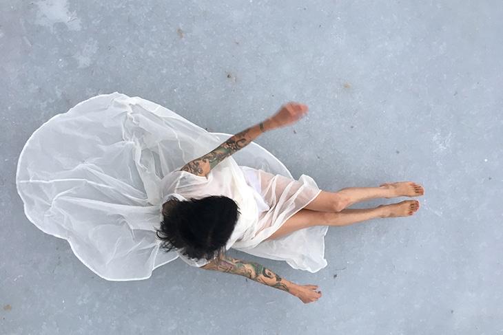 ロベルタ・リマ「水の象(かたち)」より。(Photo:Tomi Kattilakoski.2018.Courtesy of Roberta Lima and Charim Galerie.)