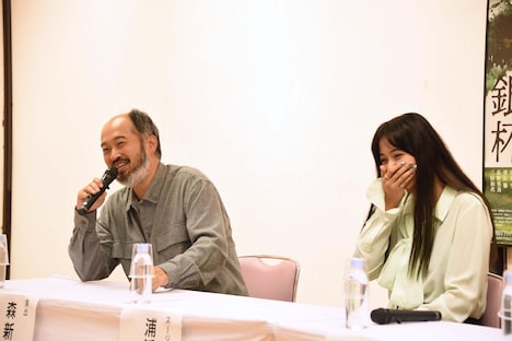 「The Silver Tassie 銀杯」制作発表会より、森新太郎(左)に「『うおー!』と言いながら荷車か何かを引いていた」とテレビ出演時のエピソードを明かされ、恥ずかしそうに笑う浦浜アリサ(右)。