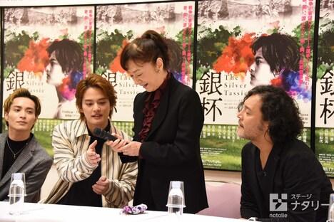 「The Silver Tassie 銀杯」制作発表会より、三田和代(中央右)にマイクのスイッチの位置を教える中山優馬(中央左)。