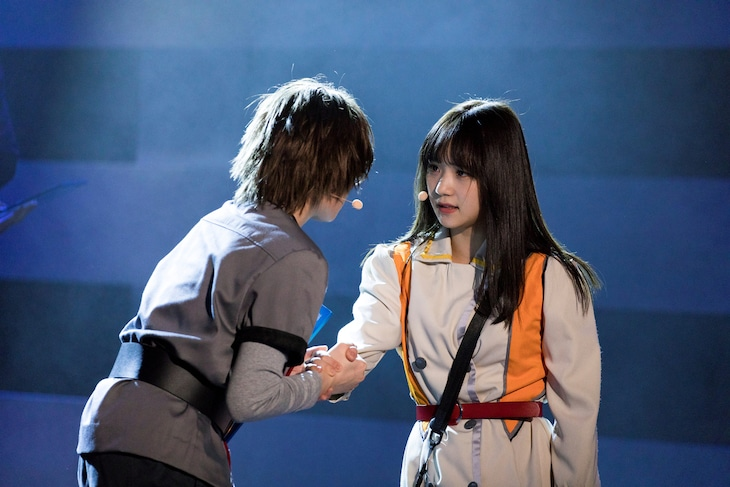 演劇女子部「タイムリピート~永遠に君を想う~」より、左から宮本佳林演じるソーマ、稲場愛香演じるルナ。