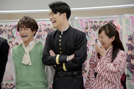 「安川純平がしゃべるととにかく笑いが起きない」という稽古場エピソードに爆笑する、原嶋元久(左)、入江甚儀(中央)、宮崎香蓮(右)。