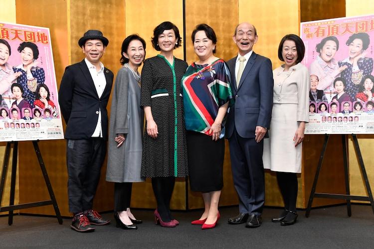 左から演出のマギー、鷲尾真知子、キムラ緑子、渡辺えり、笹野高史、広岡由里子。