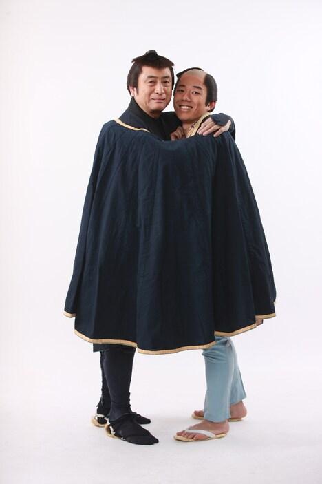笠原章(左)と藤山扇治郎(右)の扮装姿。