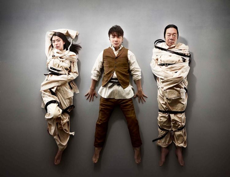 パルコ・プロデュース2019 音楽劇「マニアック」キービジュアル。左から成海璃子、安田章大、古田新太。