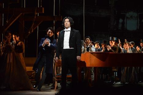 稲垣吾郎演じるルードヴィヒ・ヴァン・ベートーヴェン(中央)。