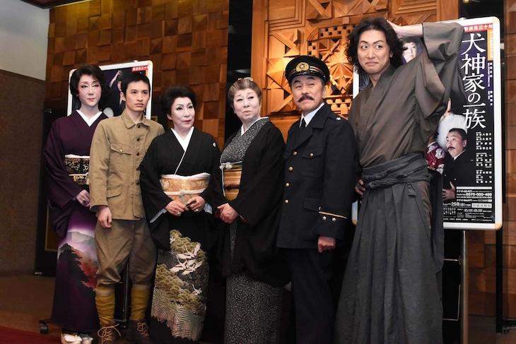 左から河合雪之丞、浜中文一、波乃久里子、水谷八重子、佐藤B作、喜多村緑郎。