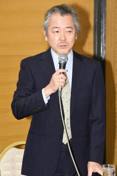 演出の齋藤雅文。