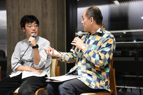 左から相模友士郎、細馬宏通氏。