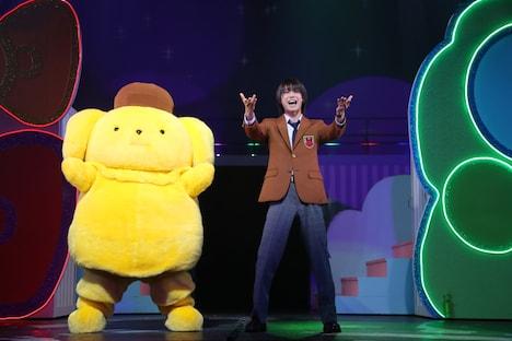 「ミラクル☆ステージ『サンリオ男子』」より。左からポムポムプリン、北川尚弥演じる長谷川康太。
