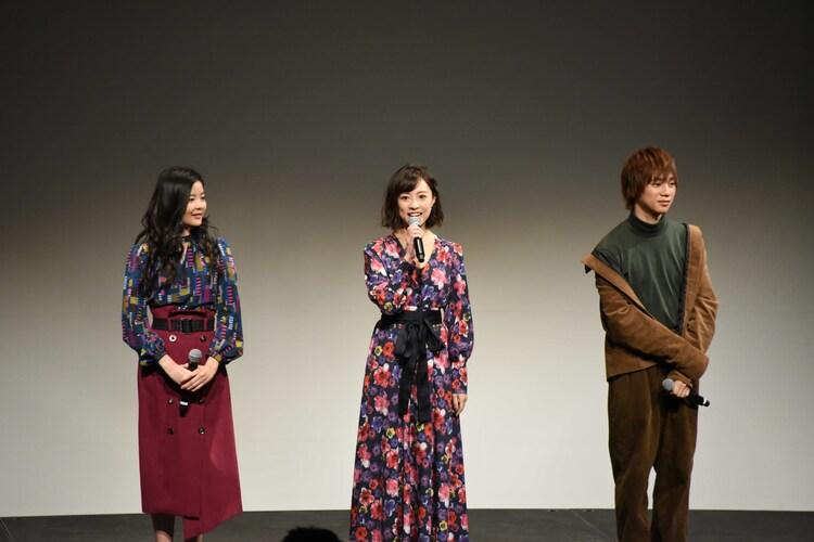 左から田村芽実、愛加あゆ、三津谷亮。