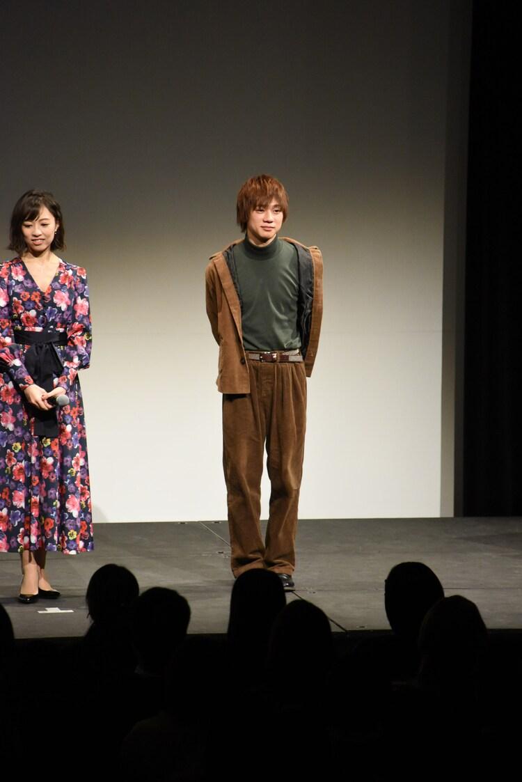 左から愛加あゆ、三津谷亮。
