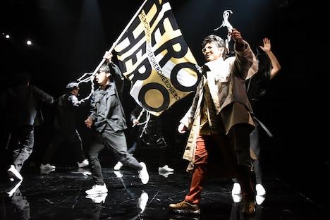 KAAT神奈川芸術劇場プロデュース「オイディプスREXXX」フォトコールより。オイディプスの登場シーン。