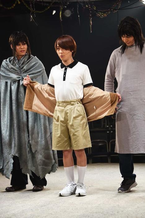 「半袖短パンで……小5です!」と衣装を示す深澤大河。