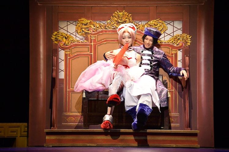 左から石田安奈演じる妲己、瀬戸祐介演じる紂王。